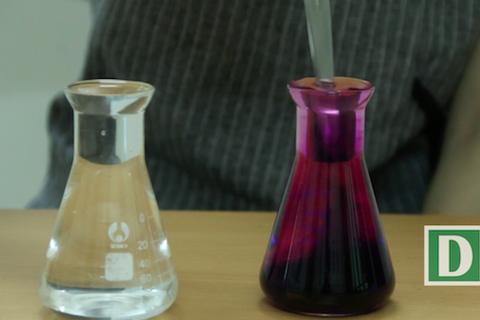 Hiện tượng thú vị khi úp ngược hai cốc nước