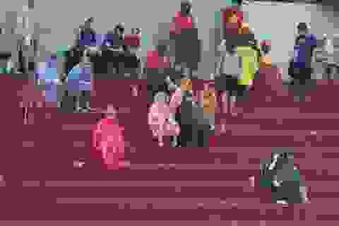 Khán giả đội mưa thể hiện tình yêu với U21 Việt Nam