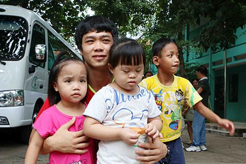 Công Phượng, Tuấn Anh thăm trẻ em mồ côi trước trận chung kết U21