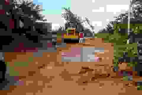 Xe ủi, xe ben nỗ lực vét bùn đỏ bủa vây nhà dân