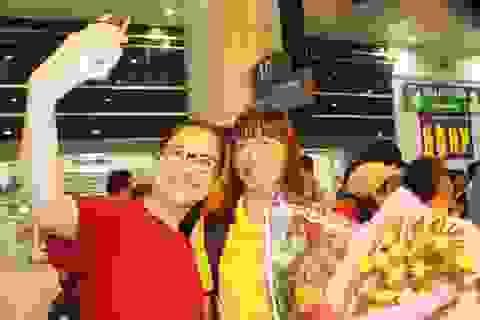 Người hâm mộ đón đội tuyển nữ Việt Nam về nước