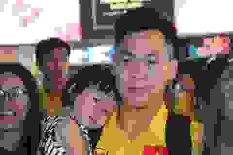 Các thành viên đội tuyển futsal Việt Nam hạnh phúc bên gia đình khi về nước
