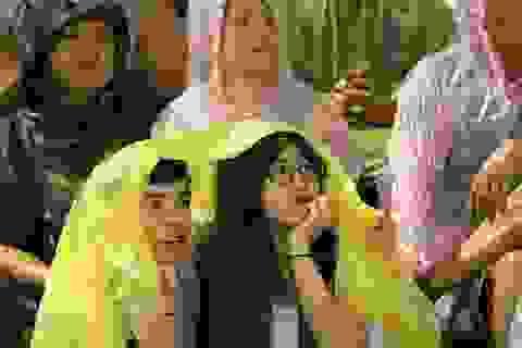 Cổ động viên đội mưa, mừng chiến thắng của đội tuyển Việt Nam