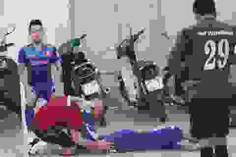 Đội tuyển Việt Nam vừa tập vừa tránh cơn mưa lớn tại TPHCM