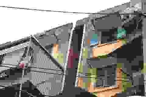 """""""Sống trong sợ hãi"""" tại chung cư nguy hiểm nhất Hà Nội"""