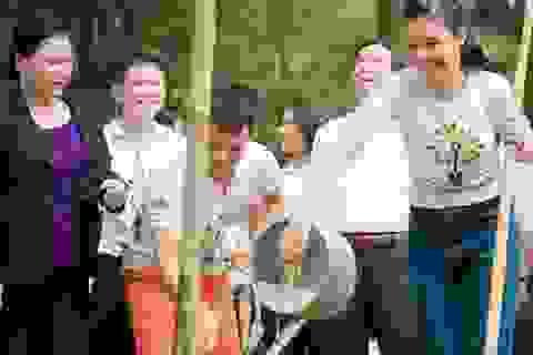 Hoa hậu Ngọc Hân trồng cây tại Ngã ba Đồng Lộc