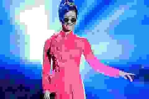 """""""Bống"""" Hồng Nhung đeo kính trên sân khấu hát nhạc Trịnh"""