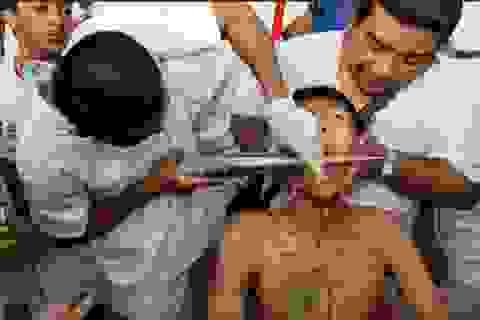 """Tháng 10, sang Phuket xem người Thái """"hành xác"""" rùng rợn"""