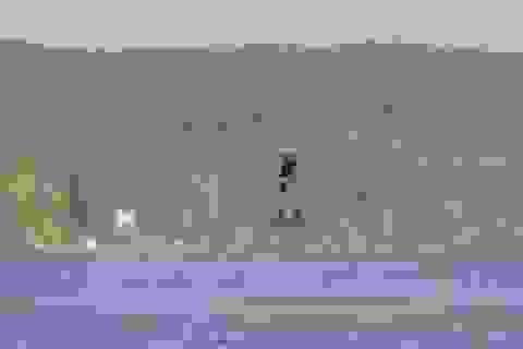 """Xem người """"cưỡi flycam"""" ngoạn mục trên hồ"""