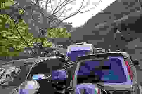 Hàng nghìn ô tô, xe máy  đổ dồn lên Lũng Cú, Hà Giang liên tục bị tắc đường