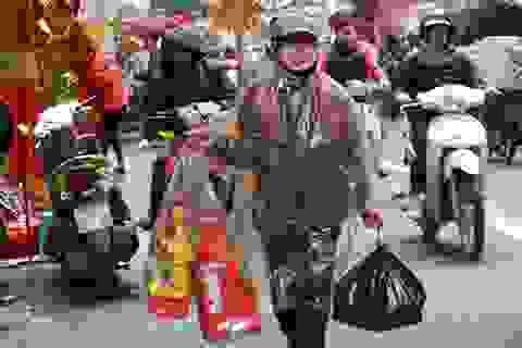 Tranh thủ ngày nghỉ, người dân đội mưa đi sắm đồ cho ông Táo