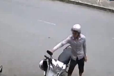 Cô gái bất lực nhìn trộm lấy xe máy tẩu thoát