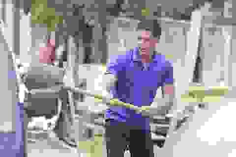 Bình Minh lấm lem bùn đất tham gia Mùa hè xanh