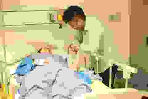 Phan Hiển ở bên Khánh Thy khi cô sinh con