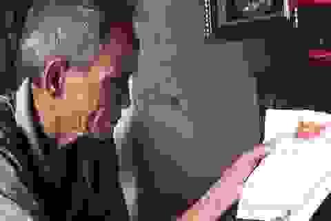 Nỗi niềm người đàn ông 83 tuổi nuôi hai con nhỏ