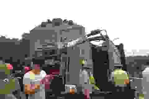 Xe tải bị tàu đâm mắc kẹt, đường sắt Bắc - Nam tê liệt