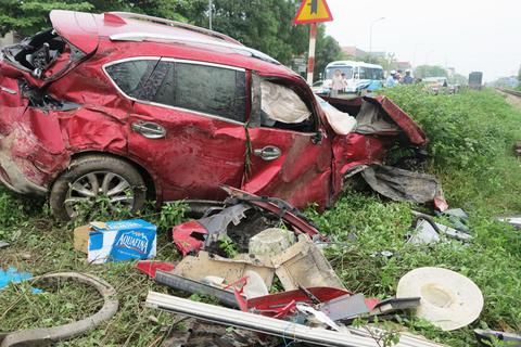 Ô tô bị tàu hỏa tông bẹp rúm, 2 người nhập viện