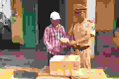 Hàng ngàn gói chè thập cẩm không xuất xứ theo xe khách ra Hà Nội