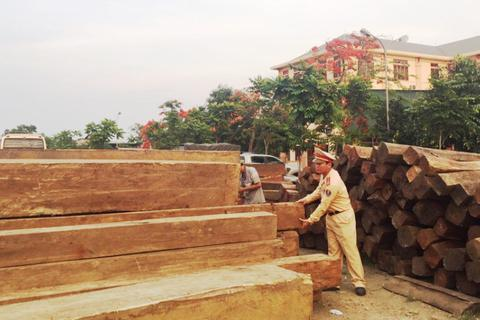 Tài xế trình hóa đơn chở hạt tiêu, cảnh sát kiểm tra ra gỗ quý
