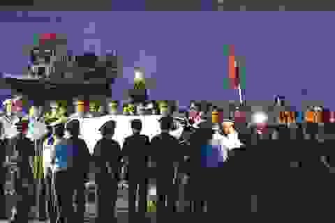 Người lính phi công trở về và lễ khâm liệm ngay trên cầu cảng