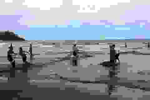 Cả làng dùng lưới tìm học sinh chết đuối dưới biển