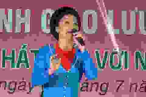 NSƯT Hồng Lựu mang tiếng hát đến với bệnh nhân nghèo