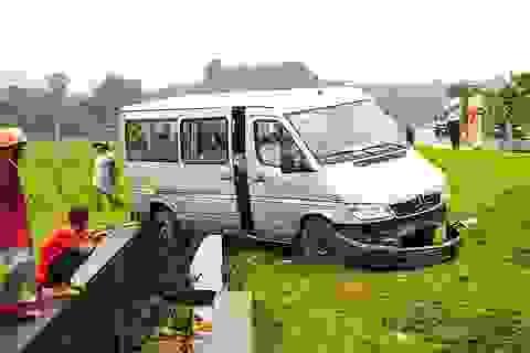 Xe chở 14 người mất lái lao xuống mương nước