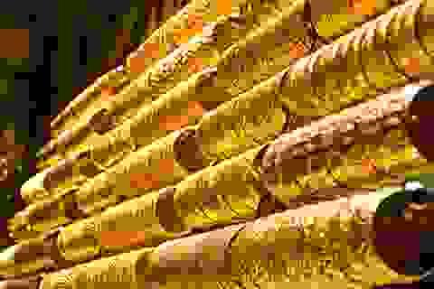 Giá vàng thế giới tăng mạnh, triển vọng vẫn ảm đạm