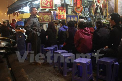 Cho thuê ghế nhựa tại cổng chùa Phúc Khánh, kiếm bạc triệu mỗi đêm