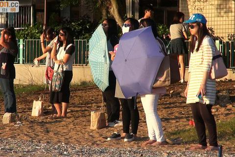 Phụ nữ Hồng Kông ngắm mặt trời để… giảm cân