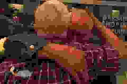 Xúc động giây phút đoàn tụ của anh em sinh đôi xa nhau 70 năm