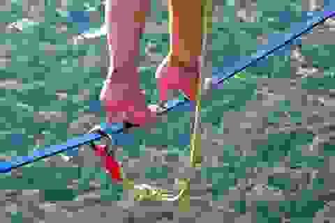 Mang giày cao gót bước đi trên không