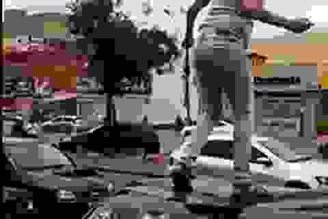 Ăn trưa với người phụ nữ khác, bị vợ phá nát xe