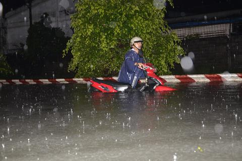 """Cơn mưa """"nhấn chìm"""" TPHCM lớn nhất 10 năm nay"""