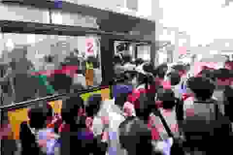 Thanh niên xung phong phục vụ xe buýt để chặn móc túi