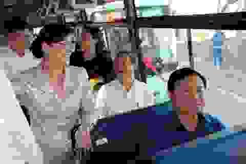 Bí thư Thăng trải nghiệm xe buýt mới cùng người dân huyện Cần Giờ