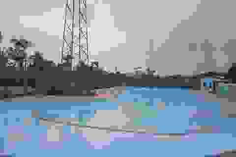 Rùng mình bể bơi ngay dưới trạm điện cao thế ở Hà Nội