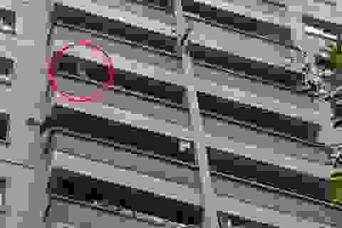 Hà Nội: Cháu bé ngồi lan can tầng 12 khóc thét, nhiều gia đình... giật mình