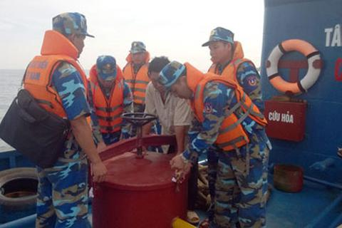 Bắt giữ vụ tàu chở 140 nghìn lít xăng không rõ nguồn gốc