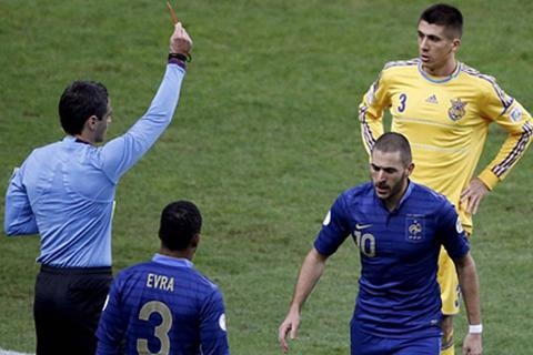 Hai lỗi của trọng tài giúp Pháp đá bay Ukraina