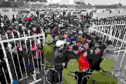 Hàng ngàn người chen nhau xếp hàng mua vé tại Mỹ Đình