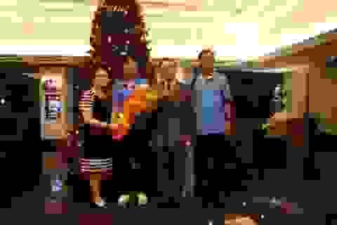 Lãnh đạo Đại sứ quán Việt Nam tại Malaysia thăm thầy trò HLV Miura