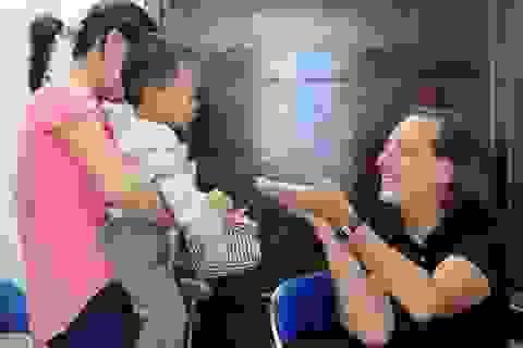 Bác sĩ R. D. Castro tái tạo bàng quang cho bé Trần Anh Đức