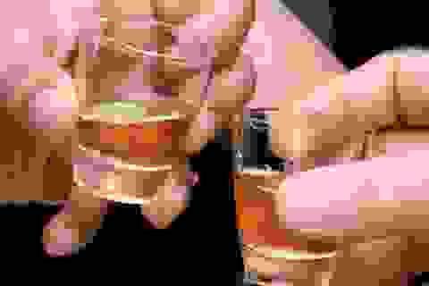 Nhập viện vì bị… chuốc rượu