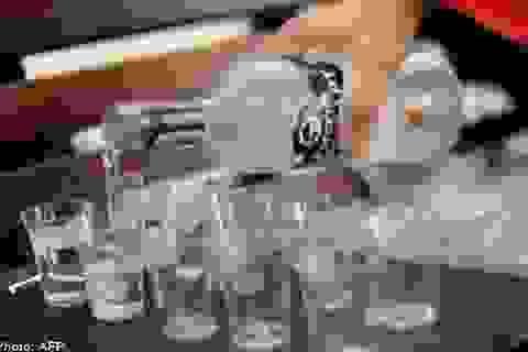 Bé 2 tuổi tử vong vì bị ép uống rượu