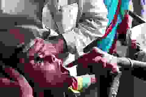 """""""Rùng rợn"""" cảnh nuốt cá sống để chữa bệnh hen ở Ấn Độ"""