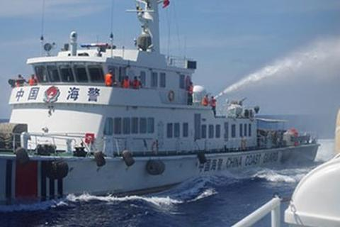 Hai tàu Trung Quốc phun vòi rồng vào nhau gần giàn khoan