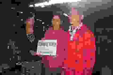 Quà nhân ái giúp gia đình bà Y Ngoal mua bò
