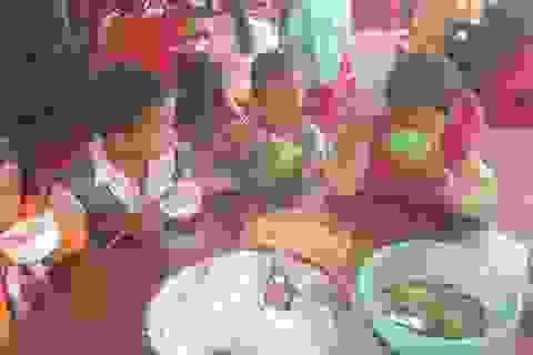 Bữa cơm 3 nghìn đồng của học sinh tiểu học Đăk Rong