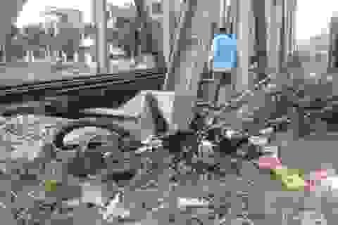 Hà Nội: Tàu hỏa tông gãy đôi xe máy, 1 người tử vong